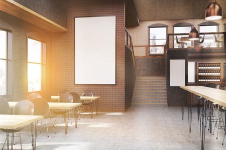 Cafe interieur met posters, tafels en stoelen. Concept van het eten van buiten en communicatie. 3D-rendering, mock-up, getinte afbeelding