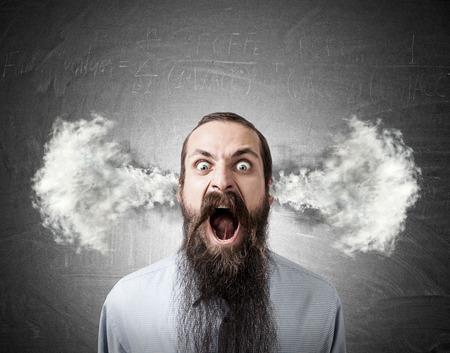 Porträt des schreienden Mannes mit langem Bart und Dampf, der aus seinem Kopf geht Konzept der Frustration