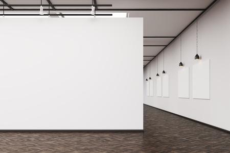 Un interno di galleria d'arte. Un grande muro bianco in primo piano. Fila di quadri appesi a un muro. Concetto di arte moderna Rendering 3D. Modello