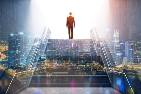 큰 도시 센터에 계단을 등반하는 사업가의 후면보기. 성공과 감사의 개념입니다. 톤된 이미지입니다. 이중 노출