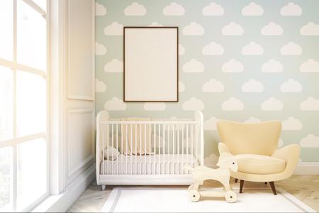 Close-up van kinderkamer met een verticale ingelijste poster, een wieg, een fauteuil en een speelgoedpaard. Er is een groot raam en lichtblauw wolkenbehang. 3D-rendering. Bespotten. Getinte afbeelding
