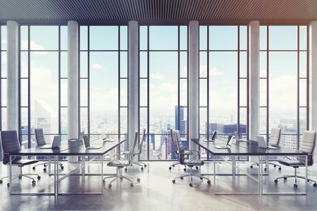 会議室内の椅子に囲まれた 2 つの長いテーブルに。幅広い色合いと長方形のパターンを大パノラマの窓があります。3 d レンダリング。モックアップ