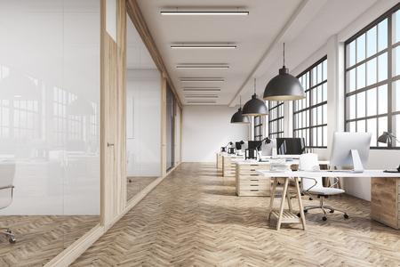 Vooraanzicht van een kantoor interieur met een rij van donkere houten tafels onder grote ramen. Massieve plafondlampen. Computers. 3D-rendering.