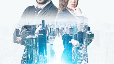 ひげを生やしたビジネスマンの朝は大規模な高層ビル パノラマの近くに立って物思いにふける女性をクローズ アップ。トーンのイメージ。モックア