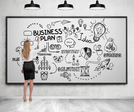 pensamiento estrategico: Mujer rubia en un traje dibujo un boceto plan de negocios en una pizarra. Concepto de pensamiento estratégico. Representación 3D. Foto de archivo