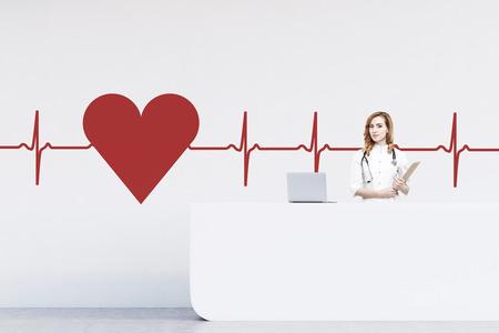 Red donna segretaria dai capelli in piedi a un contatore in un ospedale. Vi è un grande abbozzo cuore e un cardiogramma sulla parete. rendering 3d. Modello Archivio Fotografico