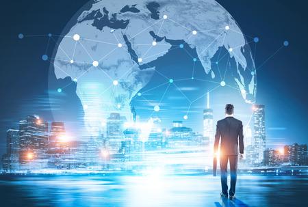 Hintere Ansicht des Geschäftsmannes in der Nachtstadt, die Kugel mit Netz betrachtet. Globale Vernetzung und internationales Geschäftskonzept