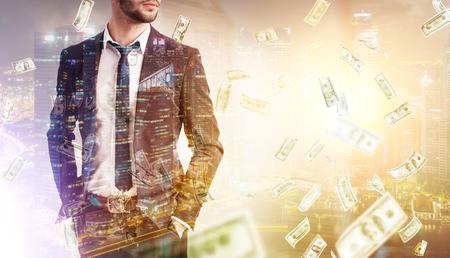 Schließen Sie oben von einem bärtigen Geschäftsmann, der mit seinen Händen in den Taschen unter einem Dollarregen gegen ein Nachtstadtpanorama steht. Getöntes Bild. Attrappe, Lehrmodell, Simulation. Doppelbelichtung
