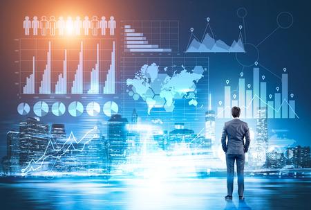 도시 배경에 하늘에서 추상 금융 차트를보고하는 사업가의 후면보기. 비즈니스 정보 개념