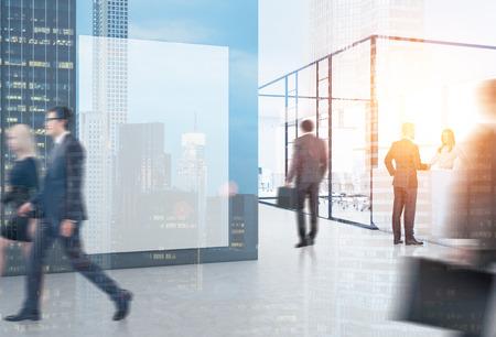 壁の 1 つのガラスの壁と巨大なポスターに忙しいオフィスで歩く人々。最前面に高層ビルがあります。3 d レンダリング。モックアップを作成します