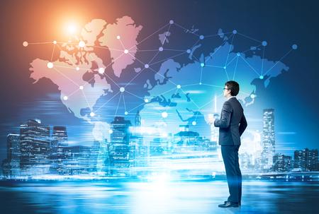 Vue de côté d'un homme d'affaires avec une tasse de café en regardant une esquisse de réseau tracée sur une carte du monde sur un Glassboard. Image teintée. Banque d'images - 73814289