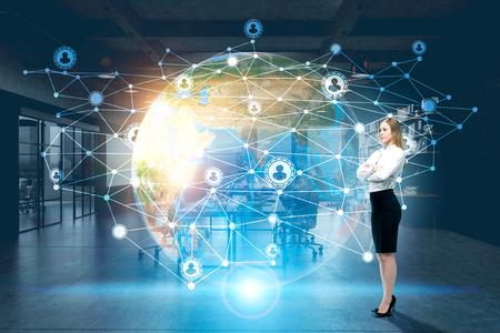 Vista lateral de una mujer de negocios de pie cerca de una gran red y hologramas de la tierra en el aire. Elementos de esta imagen proporcionada por la NASA. Imagen tonificada. Exposicion doble Foto de archivo