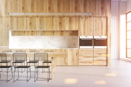 Hölzerner Kücheninnenraum Mit Einer Tabelle, Drei Stühlen Und Countertops,  Die Nahe Einer Marmorwand Stehen