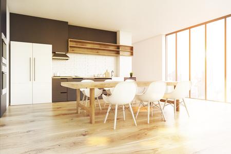 Seitenansicht Eines Kücheninnenraums Mit Einem Bretterboden, Einem Langen  Holztisch Mit Weißen Stühlen Und Einem Großen