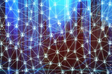 Moderne stadsgezicht met wolkenkrabbers en een netwerk schets in de vorm van een spinnenweb. Getinte afbeelding, dubbele belichting