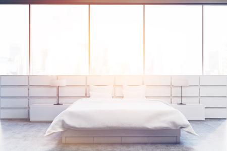 Schlafzimmer interieur mit kingsize bett ein regal einen tisch und