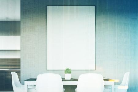 Gros plan d'un intérieur de cuisine gris avec une affiche suspendue au-dessus d'une table avec quatre chaises. Les planches en bois foncé sont vues en arrière-plan. Rendu 3D, maquette, image tonifiée Banque d'images - 79934695