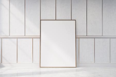 Wit leeg woonkamerbinnenland met houten muren. Er is een ingelijste verticale poster die bij een muur staat. 3D-rendering mock up