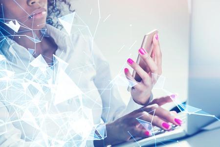 papel filtro: Close up retrato de una empresaria afroamericana irreconocible mirando su pantalla de teléfono inteligente y escribiendo con la segunda mano. Polígonos. Imagen en tonos de doble exposición