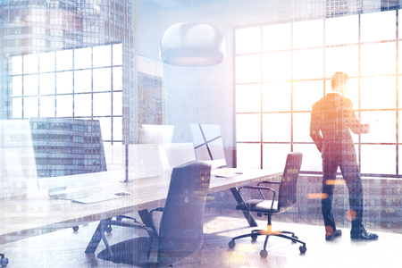 Modern open ruimte kantoor met betonnen muren, houten vloer en rijen tafels met computers op hen. Originele lampen. Close-up, peep. 3D-weergave mock up
