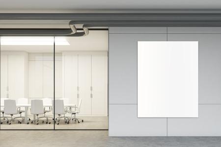Zijaanzicht van een glazen vergaderzaal met een poster opknoping op een grijze muur. Glazen wanden, een lange tafel met witte stoelen eromheen. 3D-rendering mock up