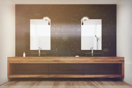 Nero interiore in bagno con piastrelle con armadi in legno due