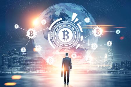 Rückansicht eines Geschäftsmannes mit einem Koffer Blick auf ein Bitcoin-Netzwerk mit einem Bitcoin-Zeichen in einem HUD, Weltkarte. Nachtstadt. Getöntes Bild doppelte Belichtung Elemente dieses Bildes von der NASA