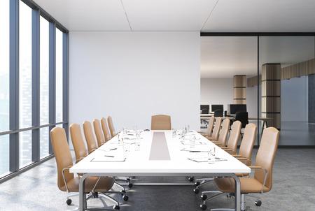 Vue d'une table de conférence avec des chaises beiges à proximité, des fenêtres panoramiques et des murs blancs et vitrés. Maquette 3D Banque d'images