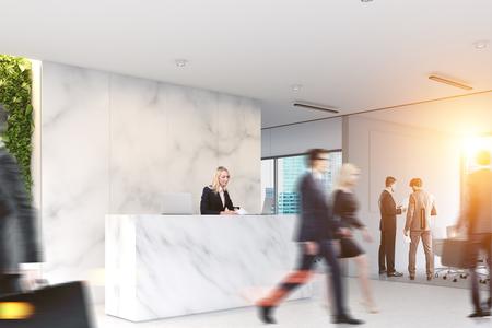 大理石のオフィスに歩くビジネスマンは、バック グラウンドでフロント テーブルとガラス壁の客室とロビーします。トーンのイメージを 3 d レンダ