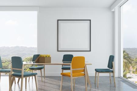 Weißer Esszimmerinnenraum Mit Langer Hölzerner Und Glastabelle, Blaue Und  Gelbe Stühle, Ein Gerahmtes Quadratisches