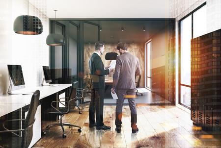 Ondernemers in een open kantoorruimte interieur met grijze, houten en witte muren, zwarte kasten en rijen met computertafels op een houten en grijze vloer. 3D-weergave mock-up getinte afbeelding dubbele belichting