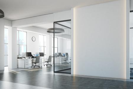 Interno di ufficio open space di mattoni bianchi con un pavimento di cemento, un frammento di muro bianco e una fila di banchi di computer lungo il muro. Vista laterale. Rendering 3d mock up Archivio Fotografico - 89557222