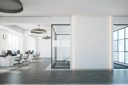Interno di ufficio open space di mattoni bianchi con un pavimento di cemento, un frammento di muro bianco e una fila di banchi di computer lungo il muro. Rendering 3d mock up