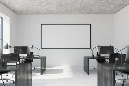 Espace de bureau blanc à aire ouverte avec un sol en béton de