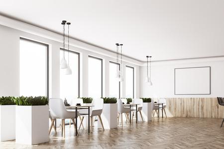 Intérieur de café moderne avec des murs blancs et en bois, un plancher en bois, des chaises blanches près des tables et une affiche horizontale encadrée. Vue de côté. Rendu 3d maquette