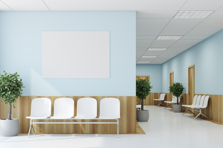 Blauwe en houten ziekenhuisgang met deuren en witte stoelen voor patiënten die op het artsenbezoek wachten. Een poster. 3D-weergave mock up