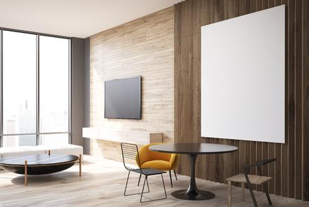 Intérieur de salon gris et bois avec un plancher en bois, une affiche  verticale au-dessus d\'une table ronde avec des fauteuils jaunes. Vue de  côté. ...