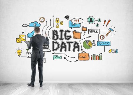 Vue arrière d & # 39 ; un homme d & # 39 ; affaires avec un crayon tenant une serrure tenant un mur de béton avec un gros graphiques de données Banque d'images - 91704912