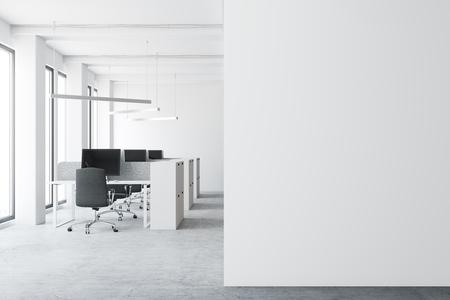 콘크리트 바닥, 키 큰 windows와 컴퓨터 테이블과 큐비클을 가진 현대 열린 공간 사무실 환경. 흰 벽 조각입니다. 3 차원 렌더링 조롱