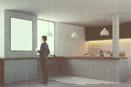 Interno bianco della cucina con un bancone grigio pareti bianche e