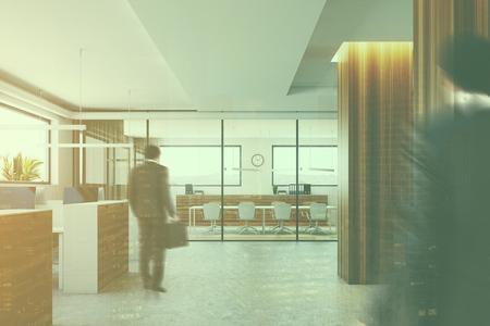 콘크리트 바닥, 나무 열 및 컴퓨터 테이블 현대 사무실 내부. 백그라운드에서 회의실. 사업가. 3d 렌더링 톤된 이미지를 조롱
