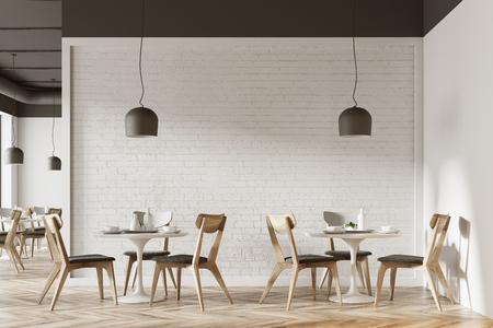Intérieur de café blanc avec un plancher en bois, des tables blanches rondes et des chaises grises et en bois. Rendu 3d maquette