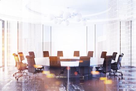Weißer Besprechungsrauminnenraum mit einem schwarzen Marmorboden und einem runden Tisch mit schwarzen Stühlen. Spott der Wiedergabe 3d herauf getonte Bilddoppelbelichtung Standard-Bild