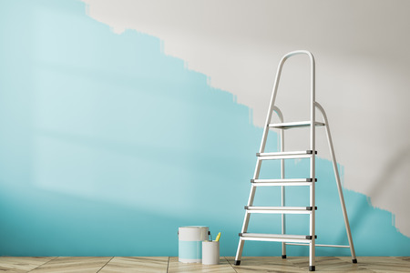 Interior de la habitación vacía con piso de madera y una pared medio pintada de azul. Una escalera y latas de pintura. Maqueta de renderizado 3d