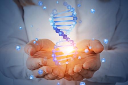 Femme méconnaissable aux cheveux blonds tenant l'hologramme d'hélice d'ADN bleu. Concept de biotechnologie, biologie, médecine et science. Image tonique à double exposition