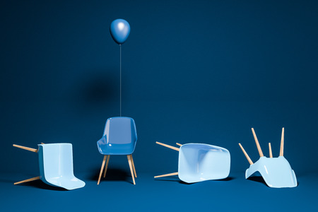 Chaises bleues allongées sur le sol de la chambre bleue. Chaise bleu foncé avec un ballon debout. Concept d'être unique et fort dans la vie et les affaires. Espace de copie de rendu 3D Banque d'images