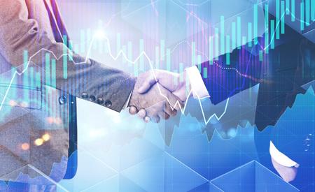 Zwei nicht wiedererkennbare Geschäftsleute, die Hände über abstraktem Hintergrund mit glühender Grafikschnittstelle im Vordergrund schütteln. Börsenkonzept. Doppelbelichtung des getönten Bildes