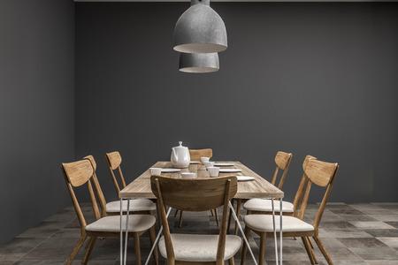 Interior del comedor con paredes grises y una larga mesa de madera con sillas y dos lámparas de techo que cuelgan sobre él. Vista frontal. Representación 3d