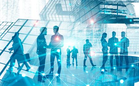 Silhouetten von Geschäftsleuten, die über abstrakten Stadthintergrund mit Doppelbelichtung der Verbindungsschnittstelle kommunizieren. Konzept von HR und digitaler Technologie. Intelligente Stadt. Getöntes Bild