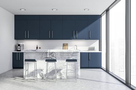 Interieur der stilvollen Küche mit weißen Wänden, Betonboden, Panoramafenstern und dunkelblauen Arbeitsplatten und Schränken. Weiße Bar mit Hockern. 3D-Rendering